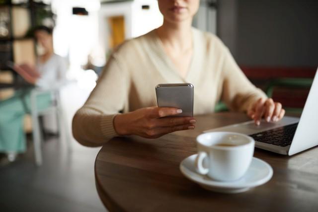 kobieta ze smartfonem ubranym w etui