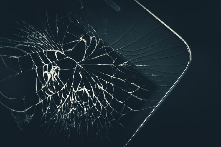 smartfon z rozbitym ekranem