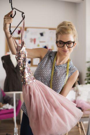 kobieta wybiera idealną sukienkę