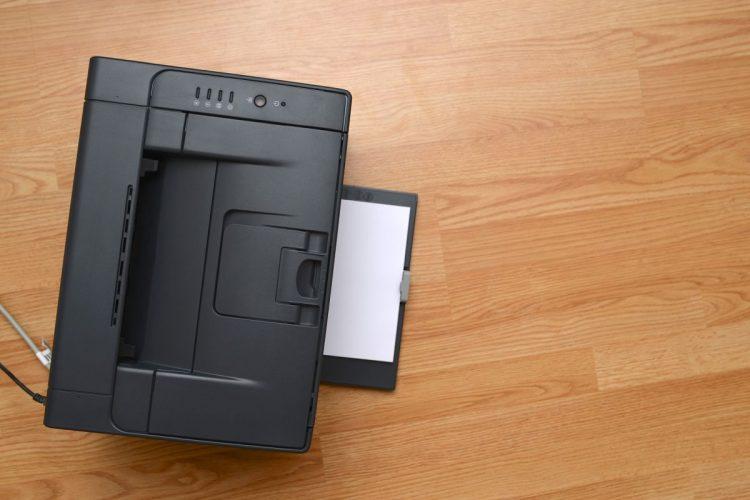 na podłodze leży drukarka laserowa
